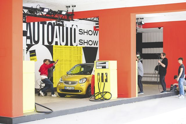 Foto Das Tankstellenleben wird durch filmische Einspieler ergänzt, die sich unterhaltsam mit der Automobiltechnologie und Mobilität auseinandersetzen.