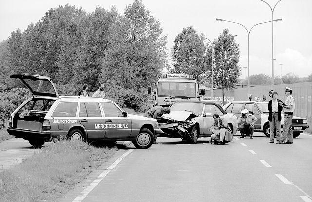 Foto 1969 beginnt Mercedes-Benz mit der gezielten Unfallforschung